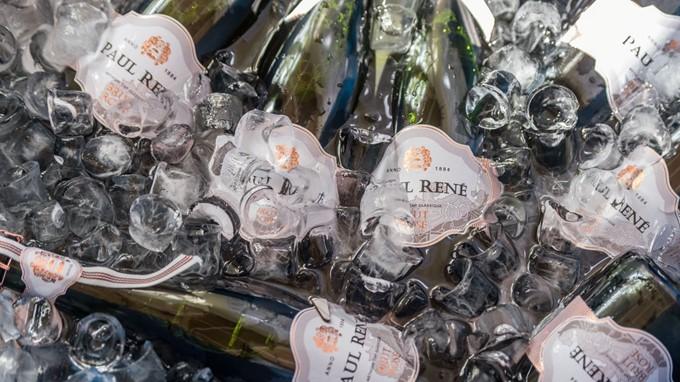 Sektflaschen werden in Eiswasser gekühlt
