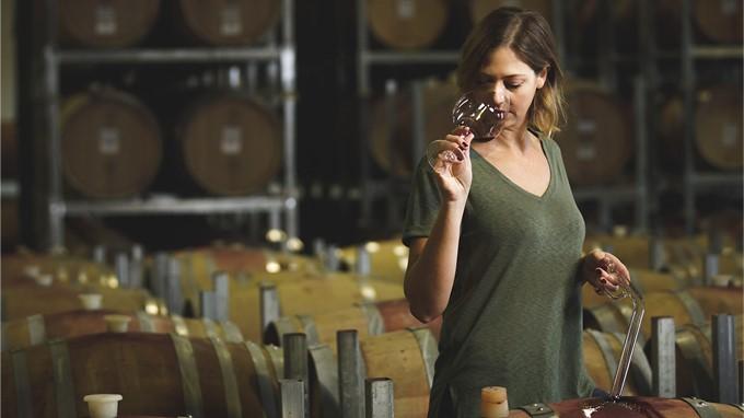 Heather Stewart vom Weingut Delta verkostet Rotwein