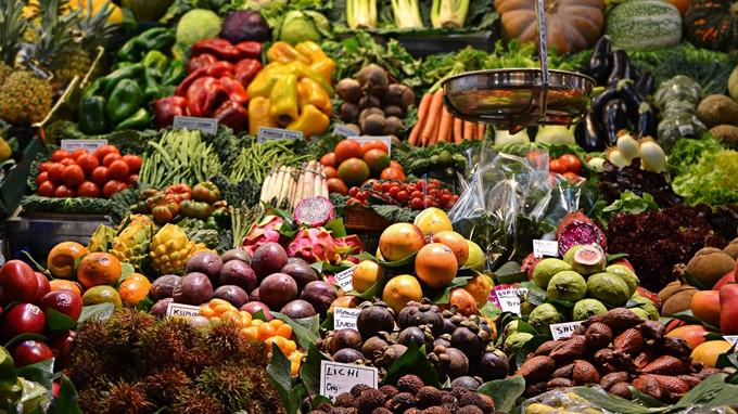 Marktstand mit Früchten und Gemüse