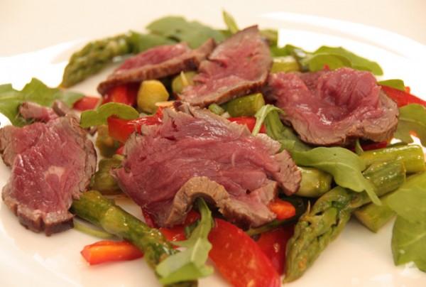 Gruener-Spargel-mit-Rindfleisch-Tataki