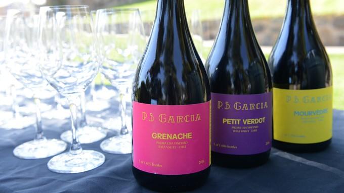 Drei Rotweinflaschen von P.S.Garcia aus Chile