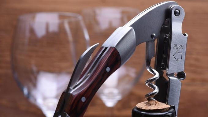 Weinflasche öffnen mit Kellnermesser
